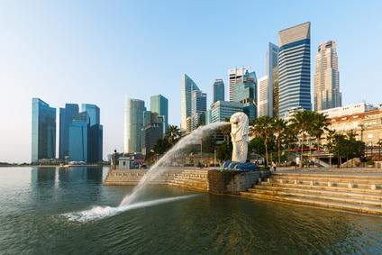 Blick auf Merlion und Finanzdistrikt mit seiner Skyline in Singapur