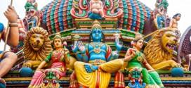 Sehr aufwändige Verzierungen auf einem Hindu Tempel in Singapur