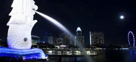 Der weltberühmte Merlion in Singapur wird nachts sehr schön angestrahlt