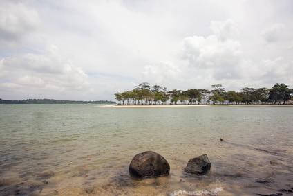 Blick auf Pulau Ubin von Changi Point Beach in Singapur