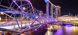 Die Helix Brücke auf Marina Bay Sands wird atemberaubend mit Lichteffekten in Szene gesetzt
