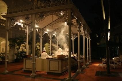 Blick auf den Restaurantbereich im Raffles Hotel