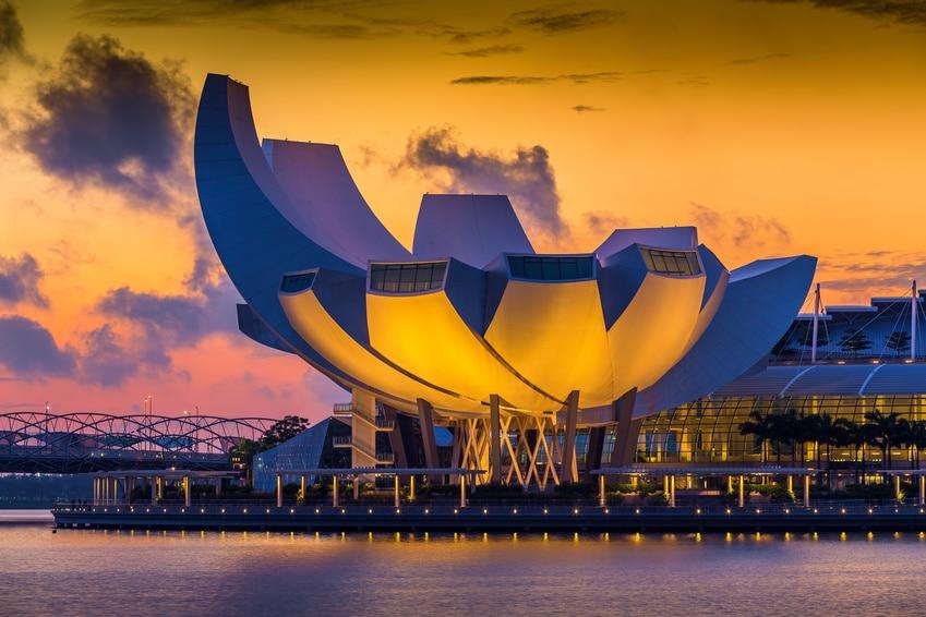 Sonnenaufgang in Singapur - Das Museum für Kunstwissenschaft wird hervorragend in Szene gesetzt