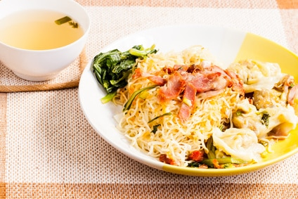 Nudeln mit Schwein und Gemüse - Das Essen in Singapur bietet sehr viel Abwechslung für jeden Geschmack