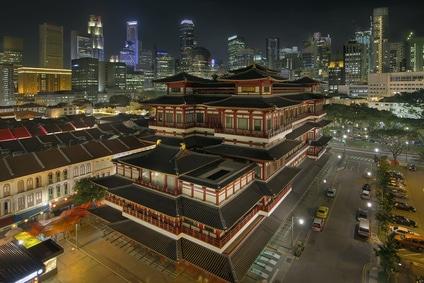 Blick auf einen chinesischen Tempel in Chinatown bei Nacht