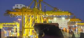 Frachtschiff im wichtigen Hafen von Singapur