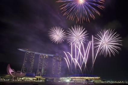 Feuerwerk über Marina Bay am Nationalfeiertag in Singapur
