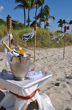 Am Strand zu heiraten kann schon eine Traumkulisse bieten